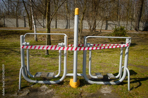Fototapeta premium Chorzow Marzec 2020 Slask Polska. Zamknięta siłownia zewnętrzna z powoda Coronacirus, Covid 19