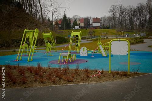Fototapeta Chorzow Marzec 2020 Slask Polska. Zamknięta siłownia zewnętrzna z powoda Coronacirus, Covid 19 obraz