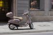 Italienisches Flair: alter Vespa-Roller vor Fassade mit Laden für Lederschuhe