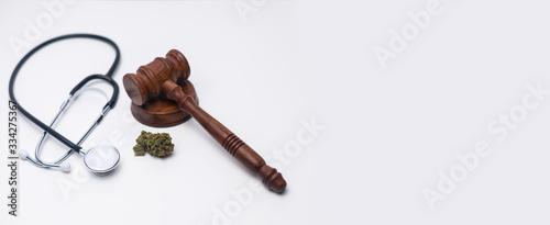 Medizinisches Cannabis, Stethoskop und Richterhammer auf weißen Hintergrund Canvas Print
