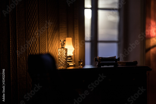 Photo A realistic dollhouse living room with furniture and window at night