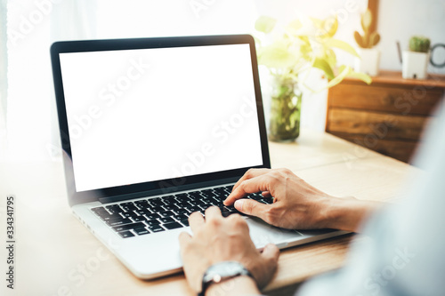 Foto mockup image blank screen computer with white background for advertising text,hand woman using laptop contact business search information on desk at coffee shop