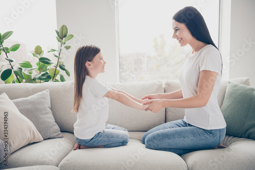 Foto Profile photo of pretty little girl young charming mommy holding arms hands havi