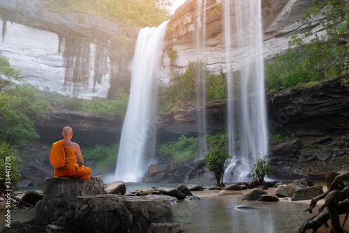 Foto Buddha monk practice meditation with waterfall