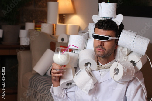 Photo Fashionable man stocking up toilet paper at home