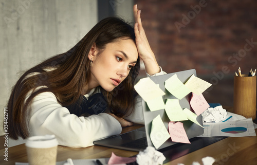 Photo Freelance girl has many tasks, but no strength