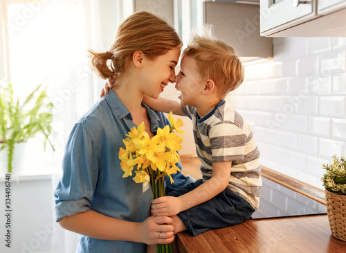 Fotografía Little son congratulating mother in kitchen.