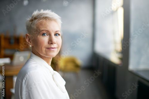 Fotografía Isolated image of beautiful stylish middle aged female entrepreneur with neat ma