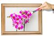 Malowanie obrazu farbą olejną. Ręka malująca obraz z kwiatami orchidei.