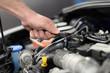 Autoreparatur in einer Werkstatt - Detail Werkzeug im Motorraum // Car repair in a workshop - Detail tools in the engine compartment