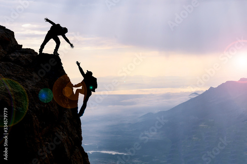 Fotografia dangerous climbing, friend support and mountaineering