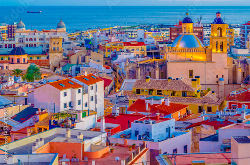 Foto Alicante city view at dusk, Spain; colorful illustration