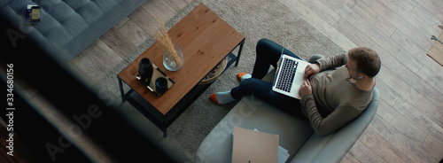 Fotografia OVERHEAD Caucasian male remote working from home, having work confrence video call