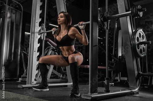 sportive-mloda-kobieta-w-treningu-silowni