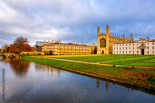 Foto View of University with Chapel in Cambridge, England, UK during the cloudy autum