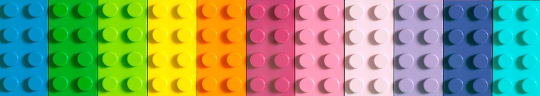 Mnogi blokovi igračaka u različitim bojama čine jedan veliki kvadratni oblik u pogledu odozgo. Igračke i igre