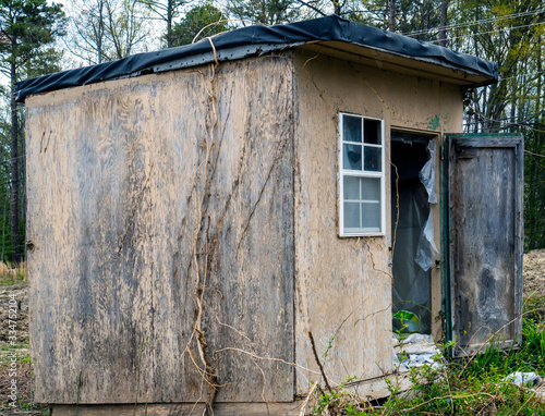 Dilapidated seedy shack in the middle of a field. Fototapet