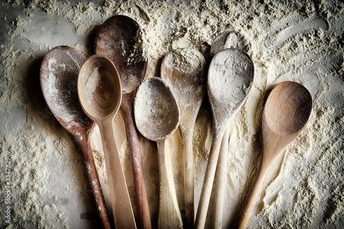 Fotografia, Obraz Molti cucchiai di legno cosparsi di farina di grano