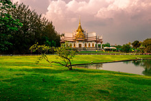 Wallpaper Wat Lan Boon Mahawihan Somdet Phra Buddhacharn(Wat Non Kum)is The Beauty Of The Church That Reflects The Surface Of The Water, Popular Tourists Come To Make Merit And Take A Public Photo