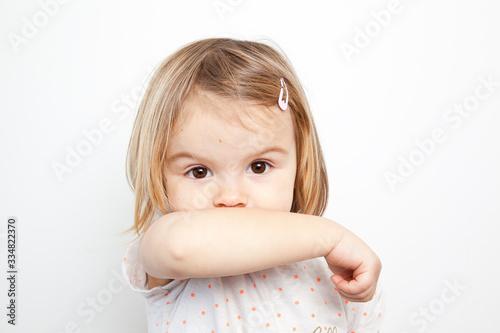 Obraz gestes barrière Je tousse dans mon coude - fototapety do salonu