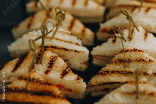 Photo Beautifully decorated catering banquet table with different food snacks and appe