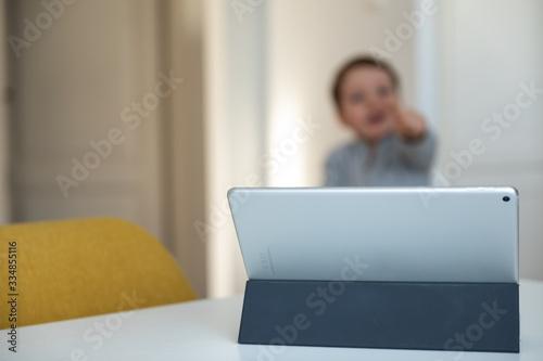 dziecko oglądające bajki na tablecie