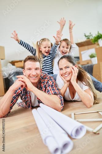 Photo Kinder jubeln über den Umzug in ein neues Haus