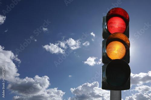 Photo Semaforo con luci rossa e gialla accese, sfondo del cielo, vista verticale