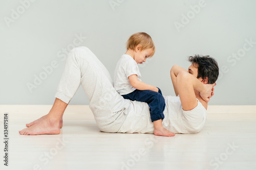 Photo Strong purposeful father babysitting a child and trying