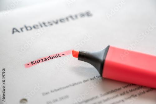 Fotografía Vereinbarung von Kurzarbeit mit Arbeitsvertrag in deutscher Sprache