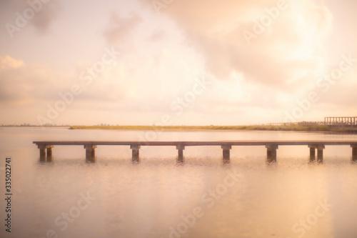 Photo Embarcadero de madera solitario con luz de amanecer