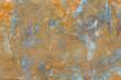 Stara i rdzawa ściana metalowa ze śladami niebieskiej farby