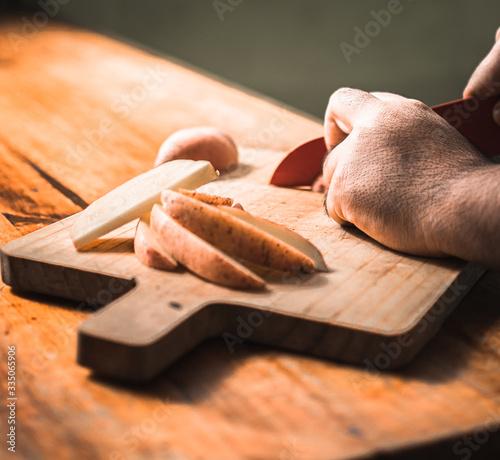 papas cortadas en tabla de madera