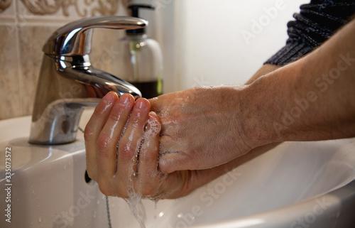 Photo Persona lavándose las manos para evitar contagios