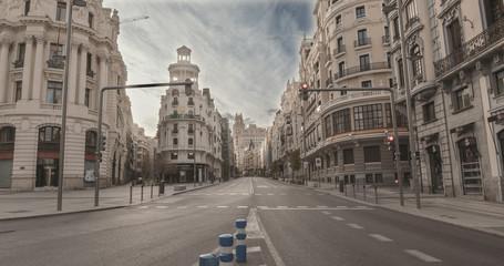 "MADRID, ŠPANJOLSKA - 2. TRAVNJA 2020: Gradsko središte ""La gran vía"" iz Madrida (Španjolska) ostaje potpuno prazno tijekom karantene donesene za borbu protiv krize covid-19. Pandemija koronavirusa u Europi."
