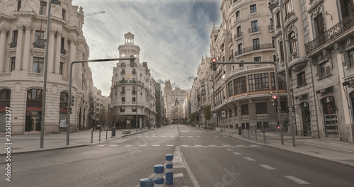 Fotografía MADRID, SPAIN - 2 APRIL 2020: The city center La gran vía  of Madrid (Spain) remains completely empty during the quarantine decreed to combat the covid-19 crisis