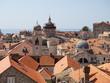 Vistas de tejados rojos y el campanario en la ciudad de Dubrovnik, en Croacia, verano de 2019