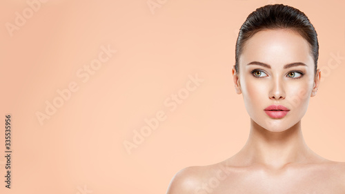 Foto Beautiful face of young woman with health fresh skin