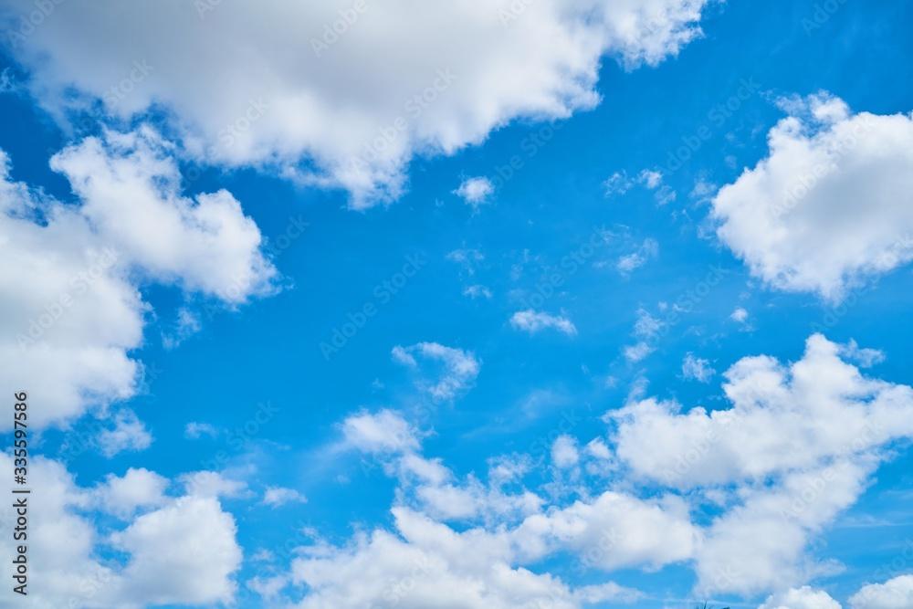 Fototapeta błękitne niebo podczas słonecznego dnia z chmurami