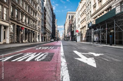 Photo Empty Broadway asphalt street with bus public transport lane in SoHo district in