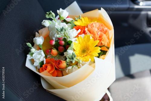 助手席に置いたビタミンカラーの黄色やオレンジの花を集めたブーケ横位置 Canvas Print