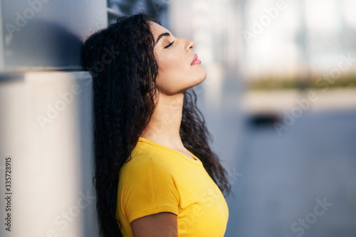 Photo Arab woman with eyes closed in urban background
