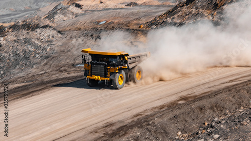 Fotografia Big yellow mining truck transportation of gold ore