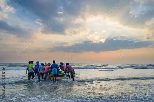 Photo Fishermen going to fishing from the shores of Mamallapuram aka Mahabalipuram in