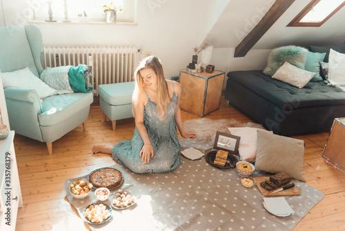 Foto Junge Frau macht Picknick in der Wohnung