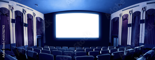 Photo Cinema theater screen in front of seat rows in movie theater showing white screen projected from cinematograph