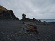 canvas print picture - Vulkanfelsen und schwarze Kieselsteine in Island
