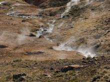 Bergwiese Mit Zahlreichen Thermalquellen In Island