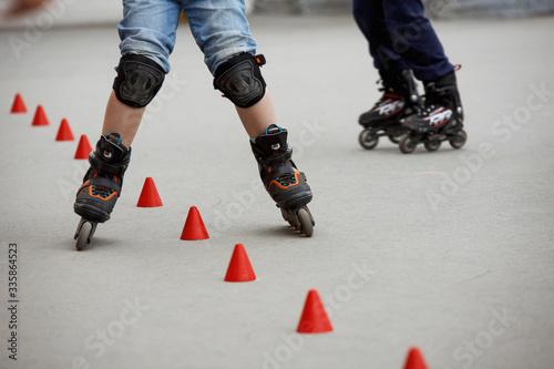 Fotomural inline skates moving through a skatepark. freestyle slalom
