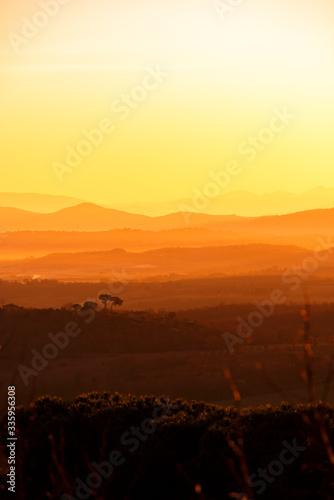 Wschód słońca w Toskanii, Chianciano Terme, Italia - 335956308